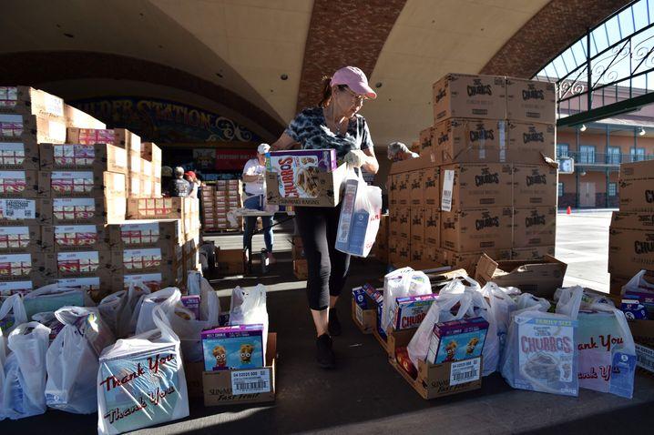 In der Coronakrise verlieren viele US-Amerikaner ihre Jobs und sind auf fremde Hilfe angewiesen - das beginnt schon bei Lebensmitteln