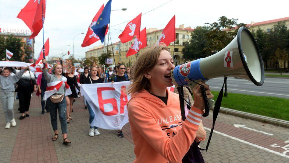In Minsk sind an diesem Samstag Tausende Frauen auf die Straße gegangen, um gegen Staatschef Alexander Lukaschenko zu demonstrieren