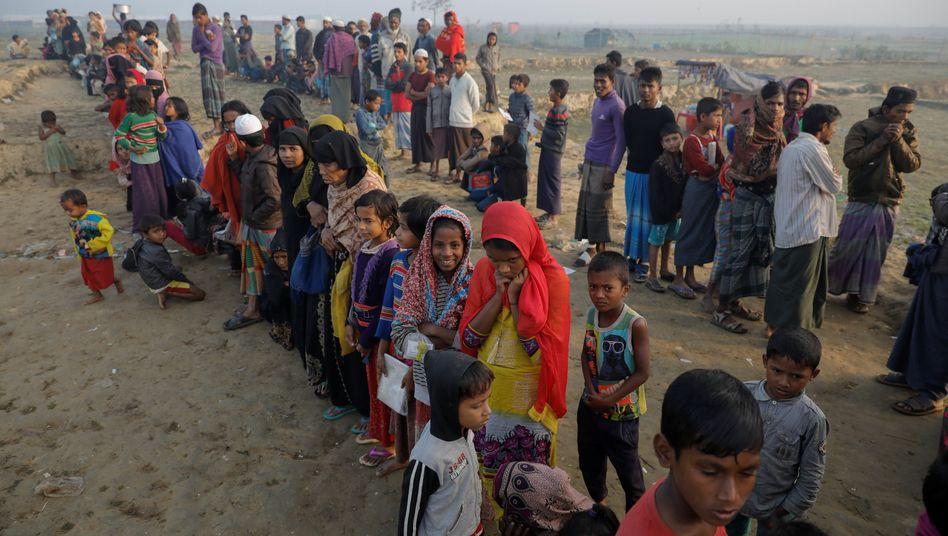 Rohingya-Flüchtlinge stehen in Bangladesch für Essen an