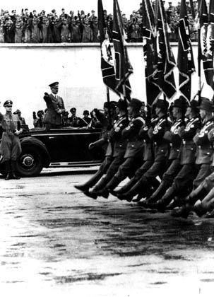 Diktator Hitler (bei einem Aufmarsch im September 1938): Deutsche Wissenschaft wurde auf Parteilinie gebracht