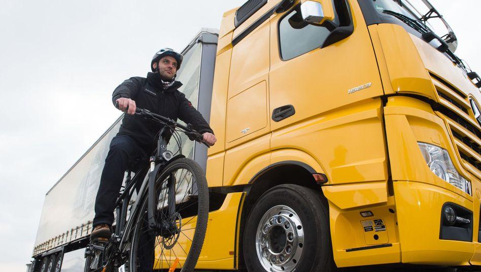 Rechtsabbiegende Lkw werden für Radfahrer immer wieder zur Gefahr, schützende Abbiegeassistenten sind bisher nicht verpflichtend