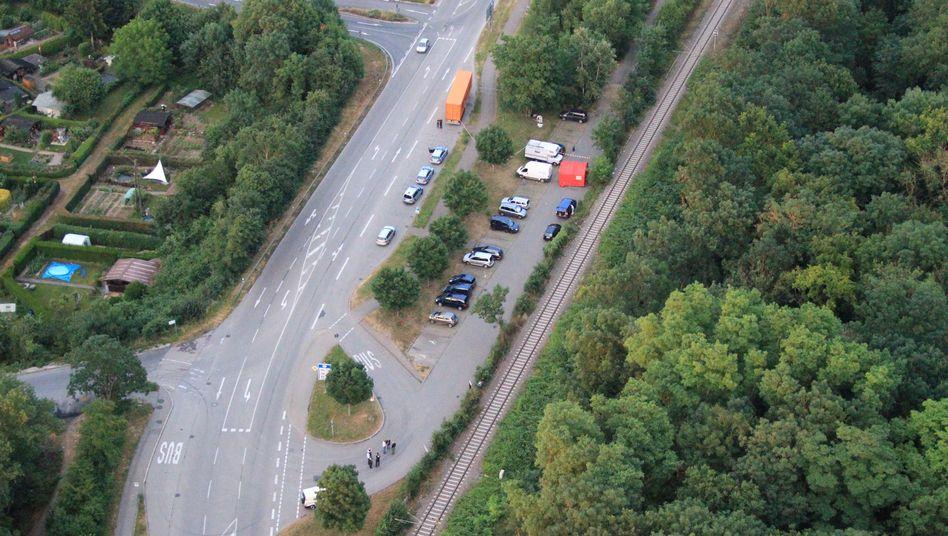 Tatort in Neuenburg (Polizeifoto): Auf diesem Pendlerparkplatz sollen die Männer den mutmaßlichen Vergewaltiger erschlagen haben