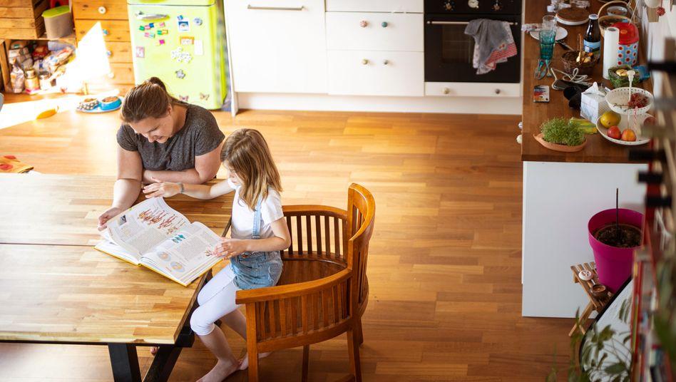 Plötzlich Lehrerin: Als Dankeschön fürs Homeschooling in der Coronakrise gibt's ein wenig Geld