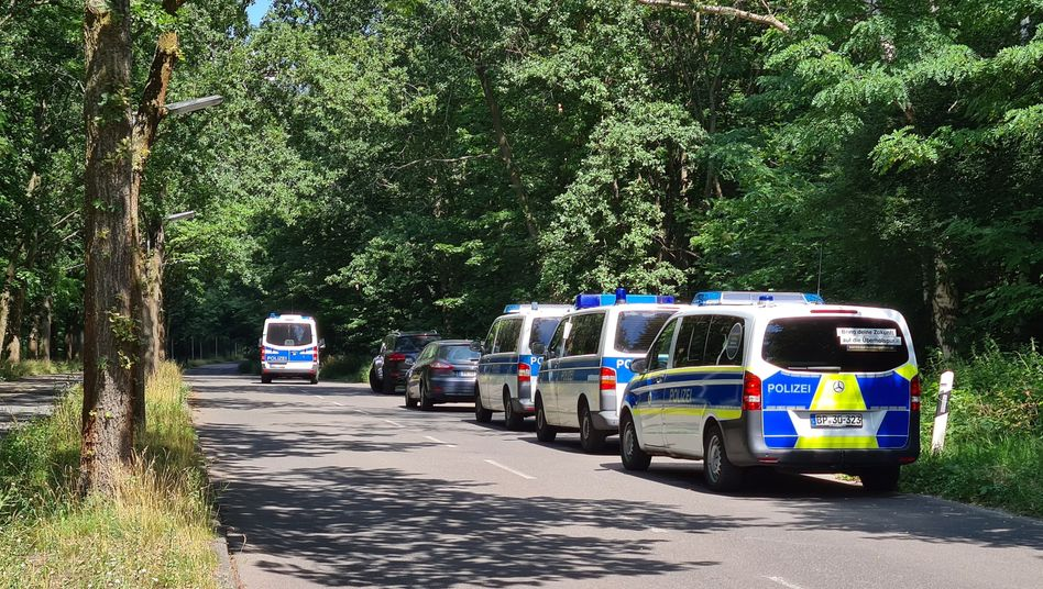 Suche nach Hinweisen in einem Waldstück im Südwesten von Berlin: Die Opfer waren zu Fuß oder mit dem Fahrrad unterwegs