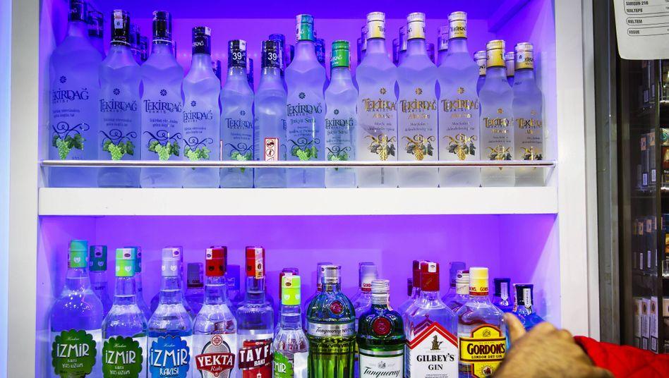 Regal mit türkischen Alkoholika und Gin (Symbolfoto)