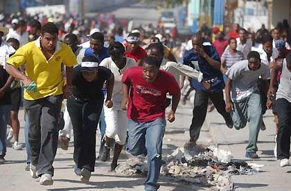 Port-au-Prince: Friedliche Demonstranten fliehen vor Schüssen von Aristide-Anhängern