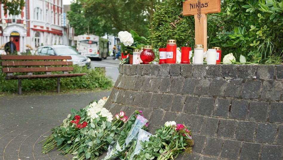 Ein Kreuz steht an der Stelle, an der Niklas P. attackiert wurde (Archivbild)