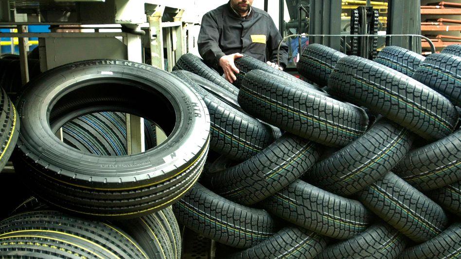 Reifenhersteller Continental: Ein Arbeit sortiert Pneus der Firma
