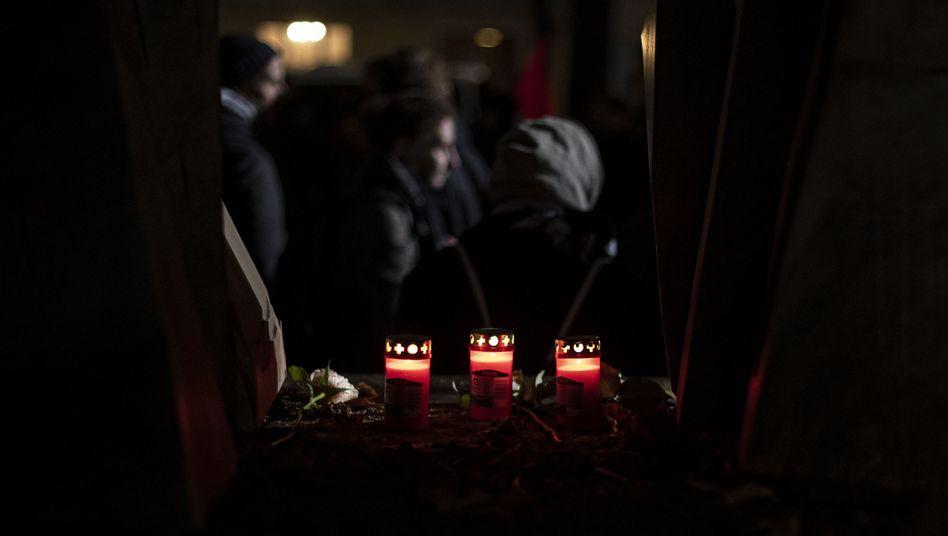 Grabkerzen stehen bei der Gedenkkundgebung der Berliner Vereinigung der Verfolgten des Naziregimes am Mahnmal Levetzowstraße