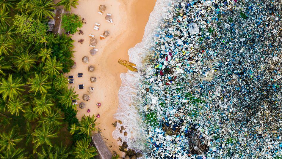 Simulation (Fotomontage) von Plastikmüll am Strand: Das Problem könnte sich gegenüber heute noch deutlich verschärfen