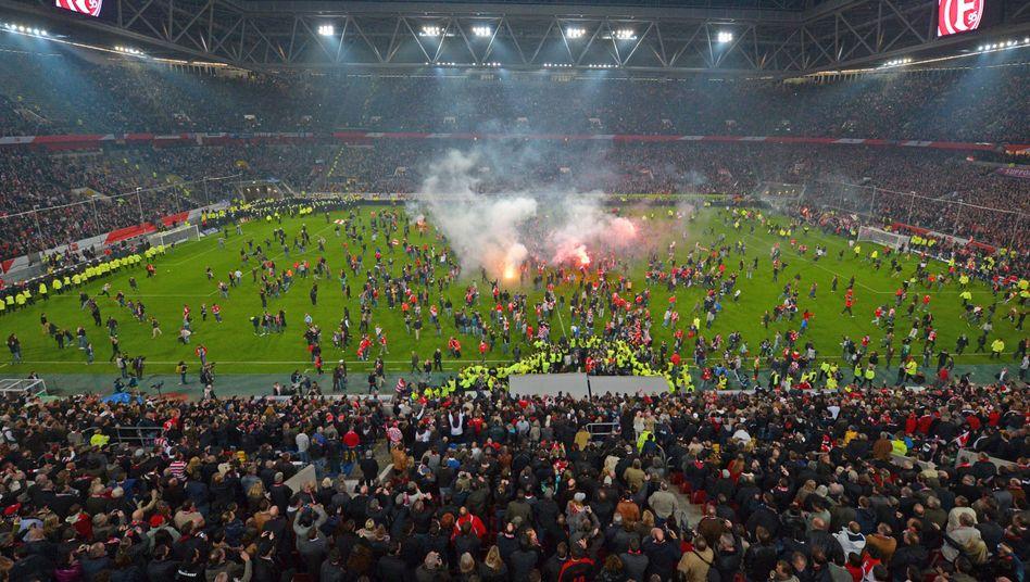 Relegationsspiel in Düsseldorf: Platzsturm vor Abpfiff