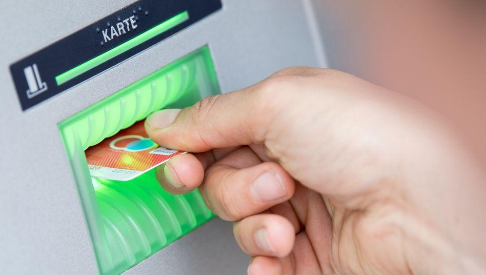 Girokarte am Geldautomat: Vorsicht bei Gebühren für Basiskonten