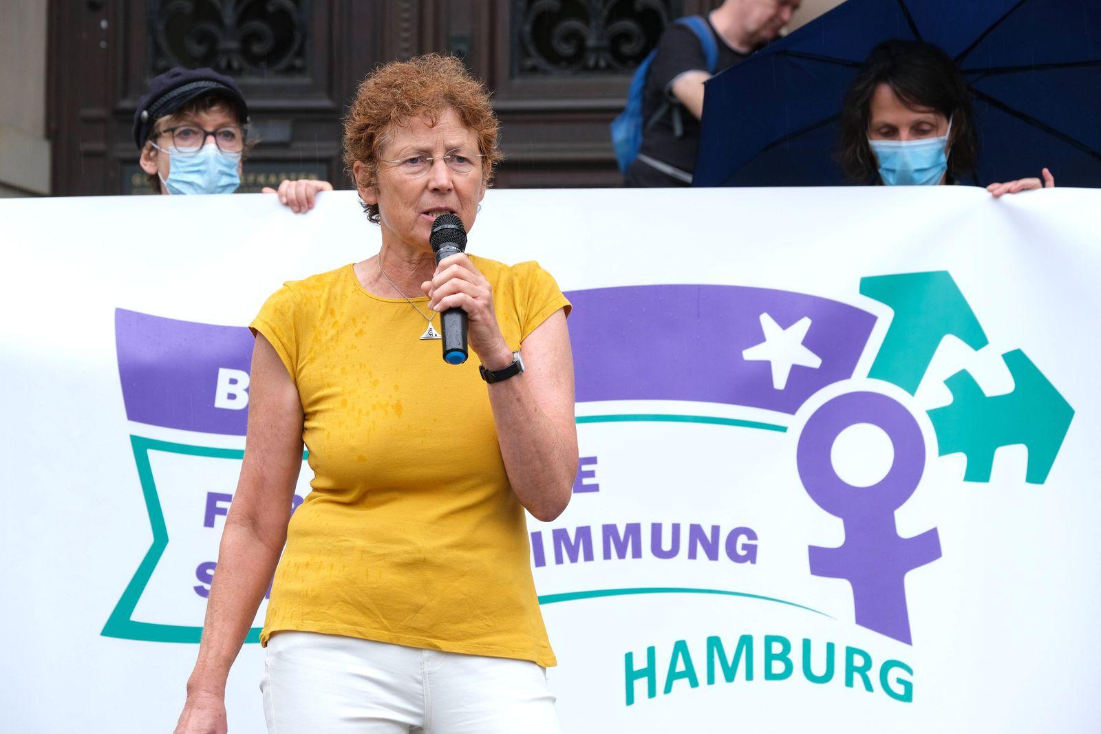 Mit einer Protestkation vor dem Hamburger Landgericht hat am Freitag (21.08.2020) der Prozess um eine Unterlassungsklag