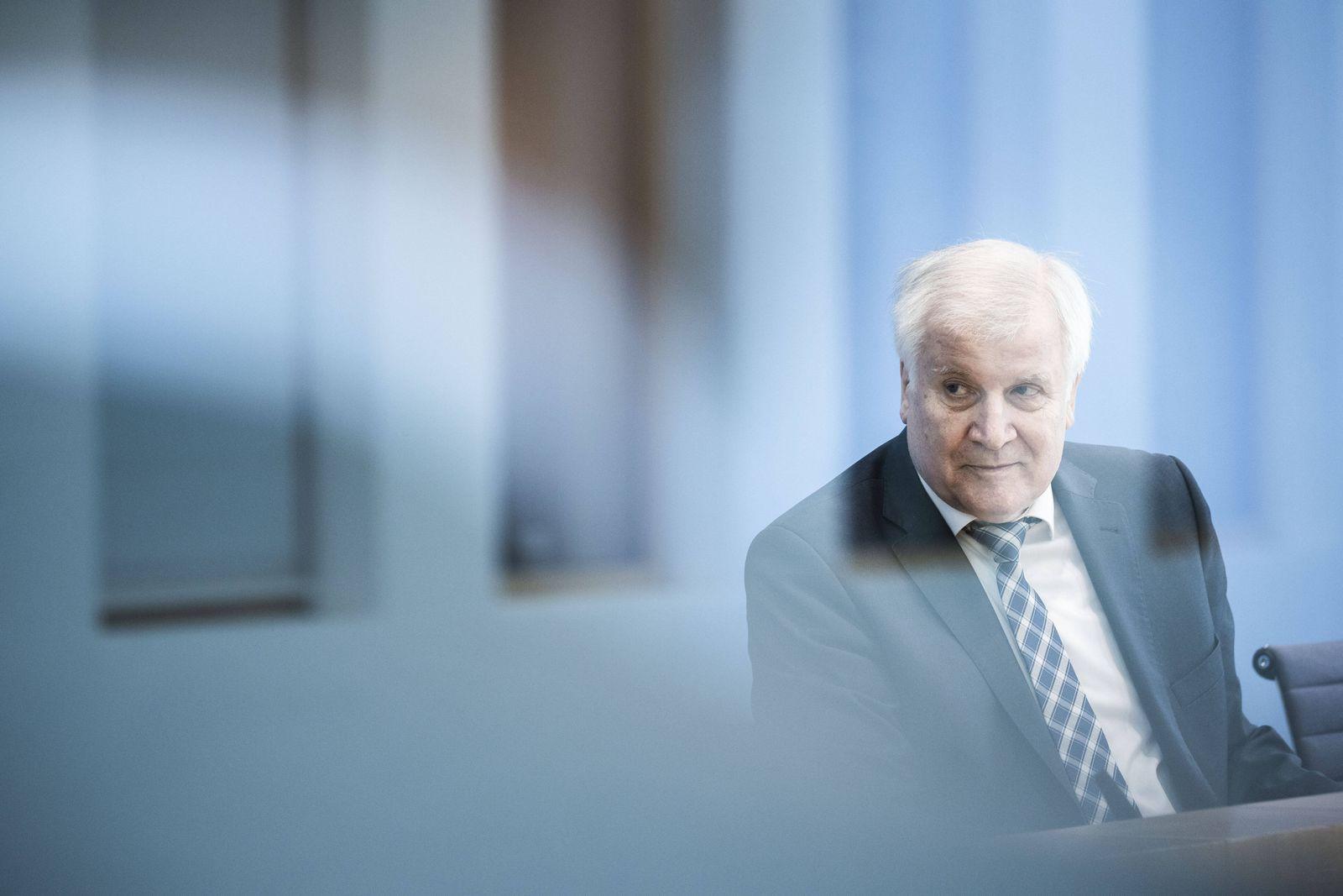Horst Seehofer, Bundesinnenminister, aufgenommen im Rahmen der Vorstellung des Verfassungsschutzberichtes 2020 in der B