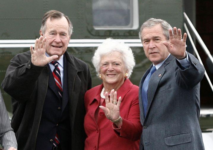 George H.W. Bush mit seiner Frau Barbara und George W. Bush.