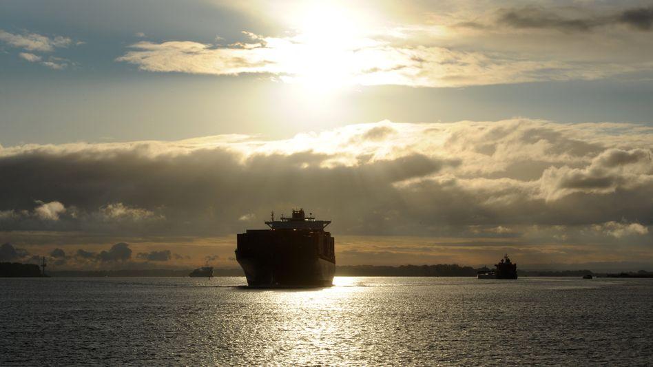 Containerfrachter auf der Elbe: Die deutsche Wirtschaft hält Kurs