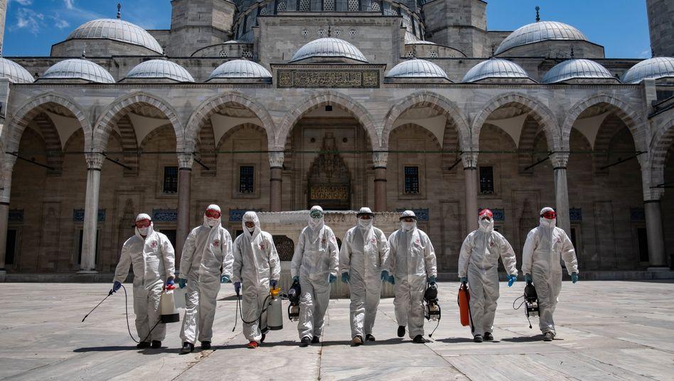 """Desinfektionskommando vor der Blauen Moschee in Istanbul: Wissenschaftliche Gründe für die Reisewarnung """"nurschwer zu verstehen"""""""