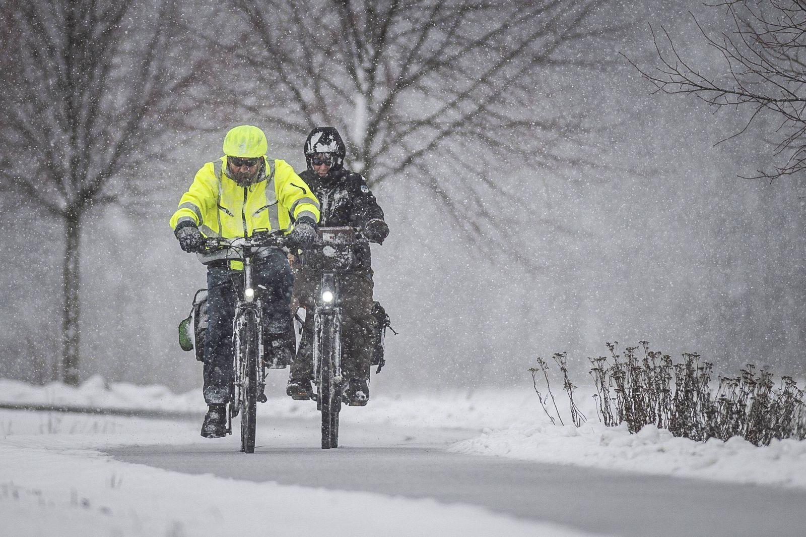Zwei Radfahrer fahren durch einen Schneesturm bei Nieder Seifersdorf 11 01 2019 Nieder Seifersdorf