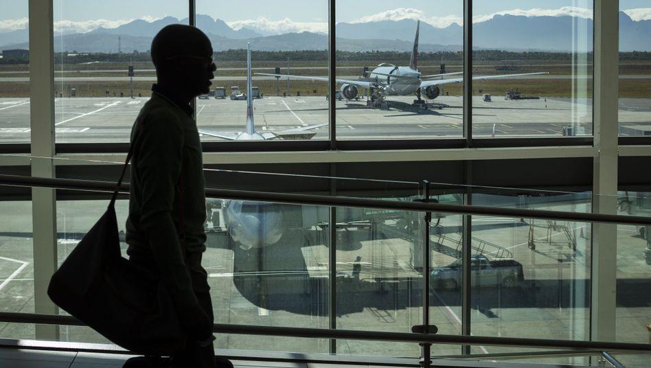 Reisender am Flughafen von Kapstadt, Südafrika: Corona kehrt die Verhältnisse um