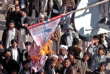 Proteste in Herat: Afghanische Muslime verbrennen die Flagge Norwegens