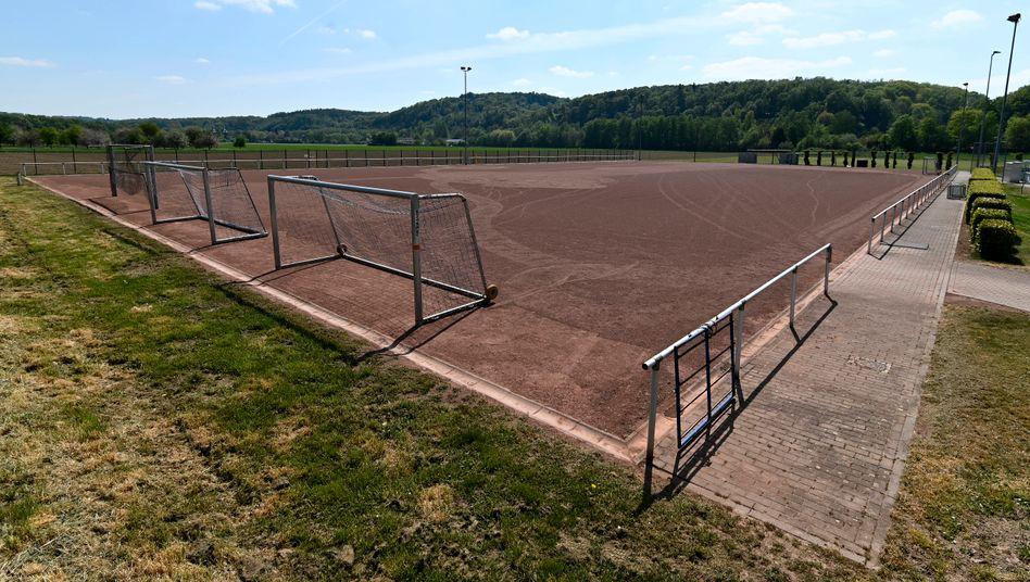 Leerer Amateurfussball-Ascheplatz