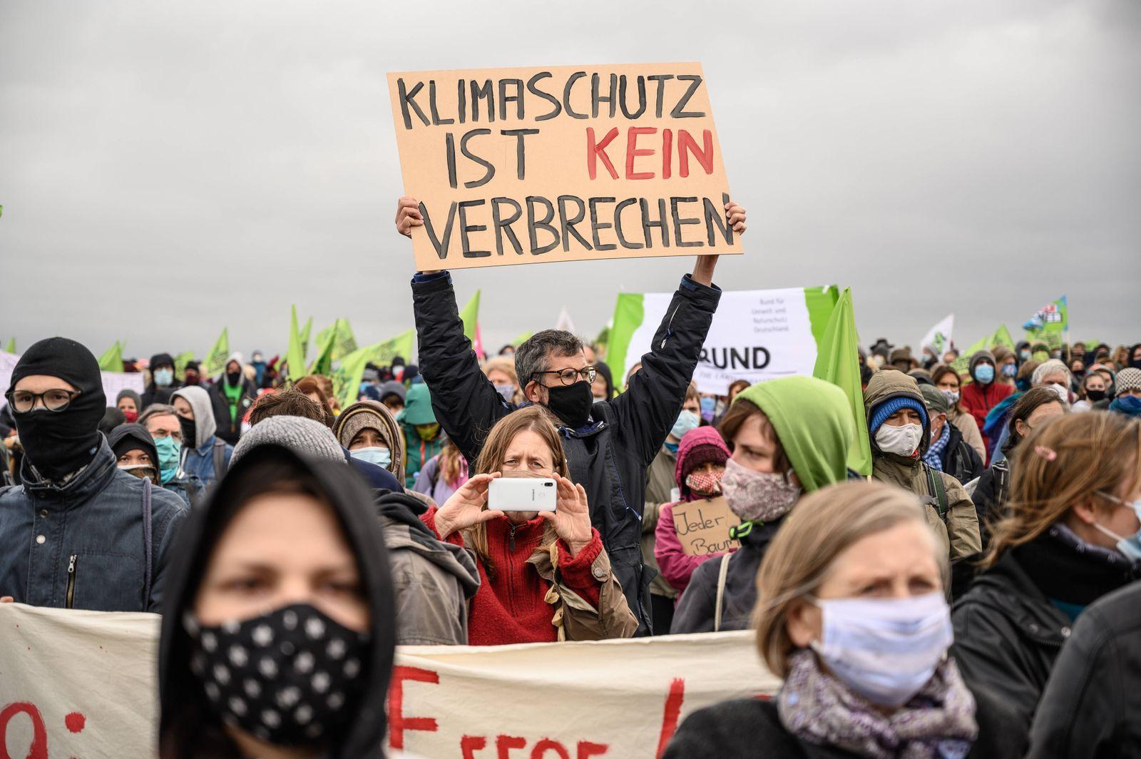 Demo: Dannenröder Wald retten! und Waldspaziergang mit Barrikadenbau Am 04.10.2020 demonstrieren ca. 3000 Menschen gege