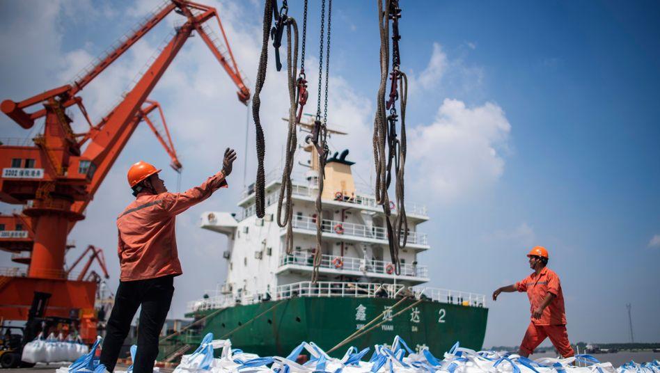 Arbeiter im chinesischen Hafen Zhangjiagang