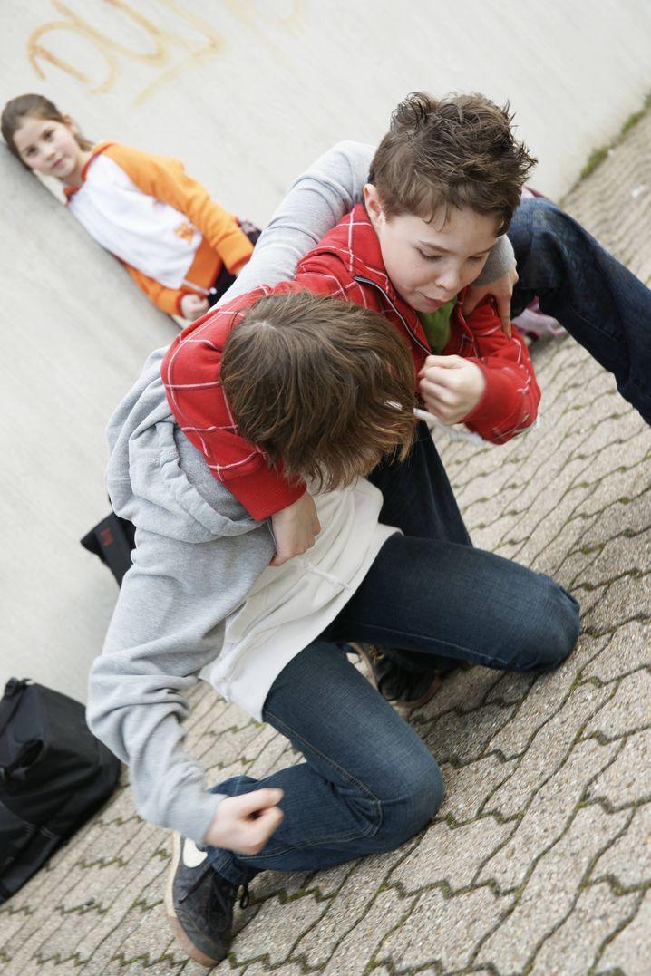 """Prügelei auf Schulhof (Archivbild): """"Mobbing wurde sicher lange unterschätzt"""""""