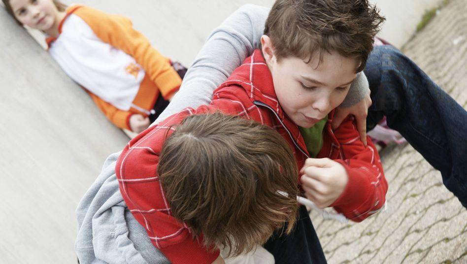 Zwei Jungen prügeln sich auf einem Schulhof (Archivbild)