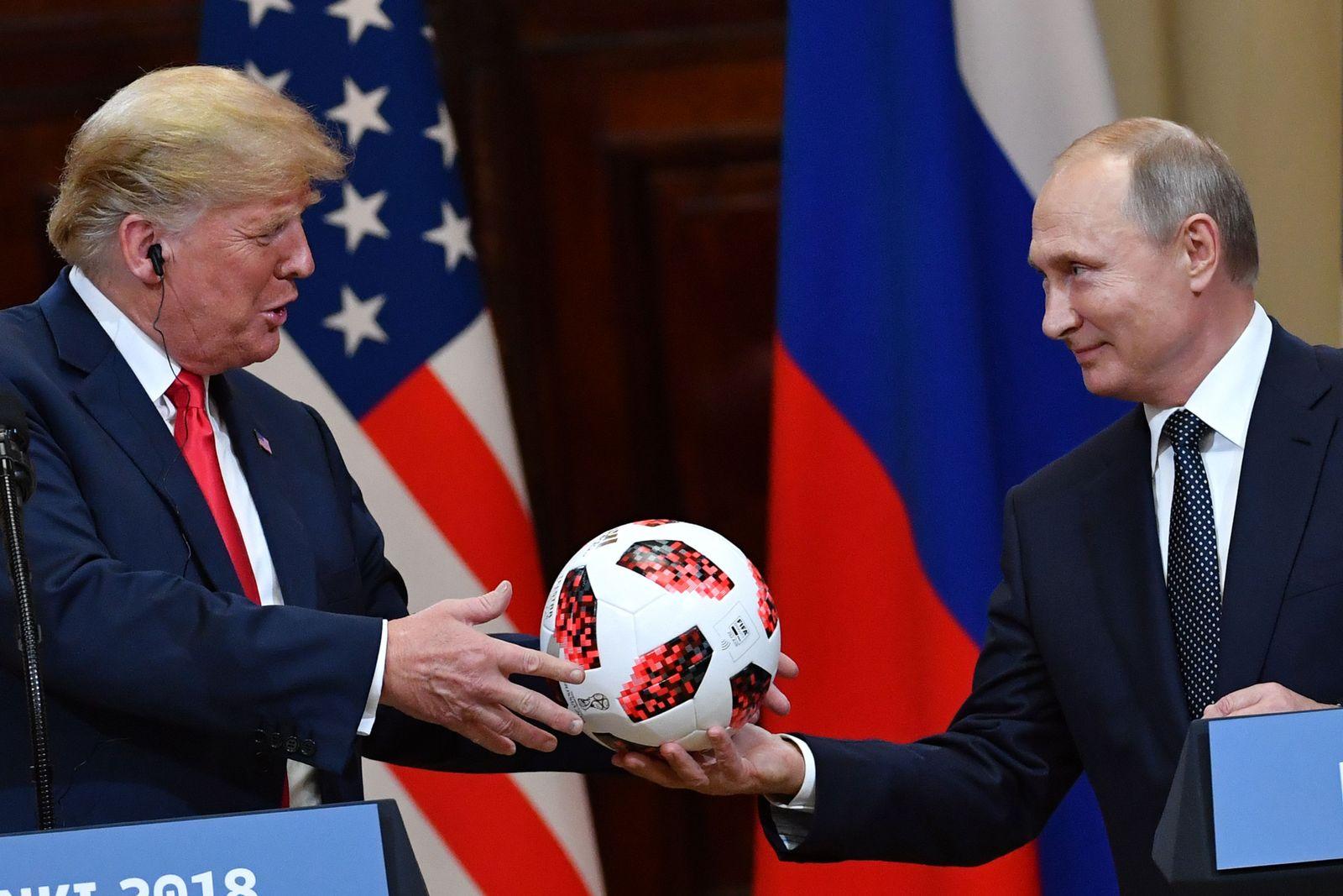 Wladimir Putin übergibt Fußball an Trump