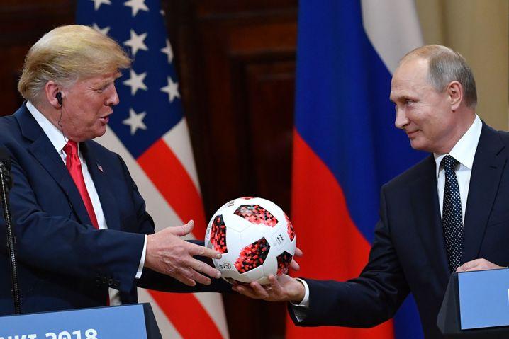 Ein Fußball für Trump