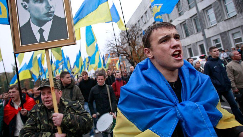 Ukrainische Demonstranten tragen ein Foto des umstrittenen Separatistenführers Stepan Bandera (Archiv): Sein Grab in München wurde nun beschädigt