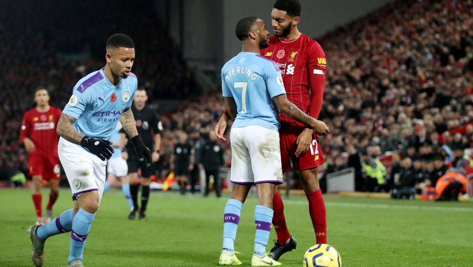 Liverpools Joe Gomez (rechts) und City-Stürmer Raheem Sterling bei einer Auseinandersetzung am Sonntag