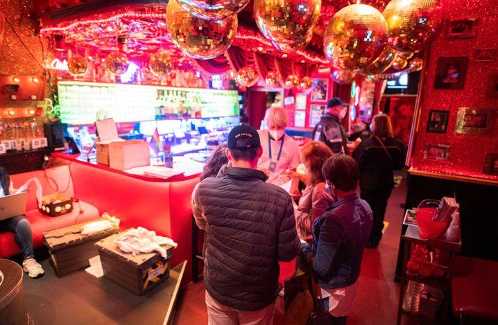 »Kiez-Piks« in der Bar »Wunderbar« nahe der Reeperbahn im Stadtteil St. Pauli, Hamburg
