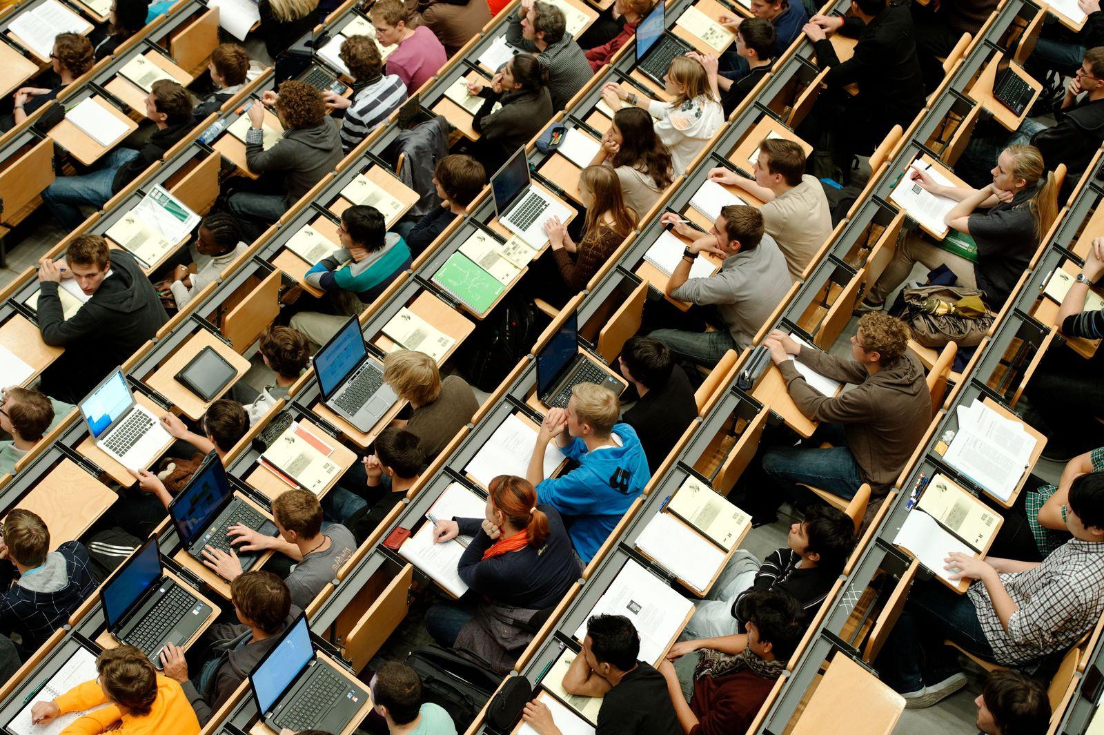 Studenten im Hörsaal / Laptops