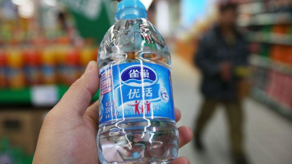 Eine Wasserflasche von Nestlé in China