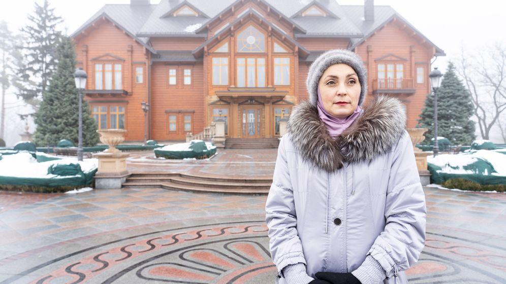 Die Ukraine fünf Jahre nach dem Maidan: Olga, die Touristenführerin in Janukowytschs Luxus-Anwesen