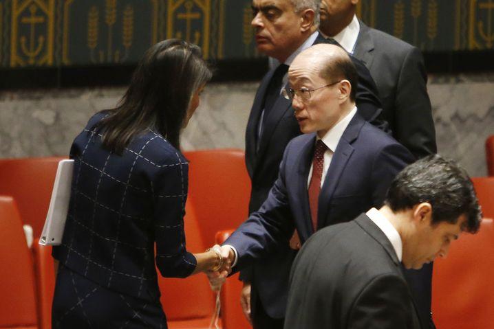 Uno-Botschafterin der USA, Nikki Haley, mit Chinas Liu Jieyi