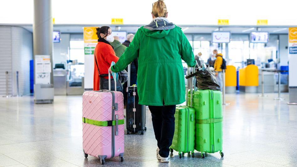 Fluggäste in Hannover-Langenhagen: Manche Anbieter verlangen eine Abgabe von 20, 30, manchmal sogar 50 Prozent des Geldes, das sie für einen herausholen