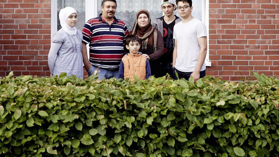 Familie Muati auf ihrer Terrasse in Hamburg-Billstedt