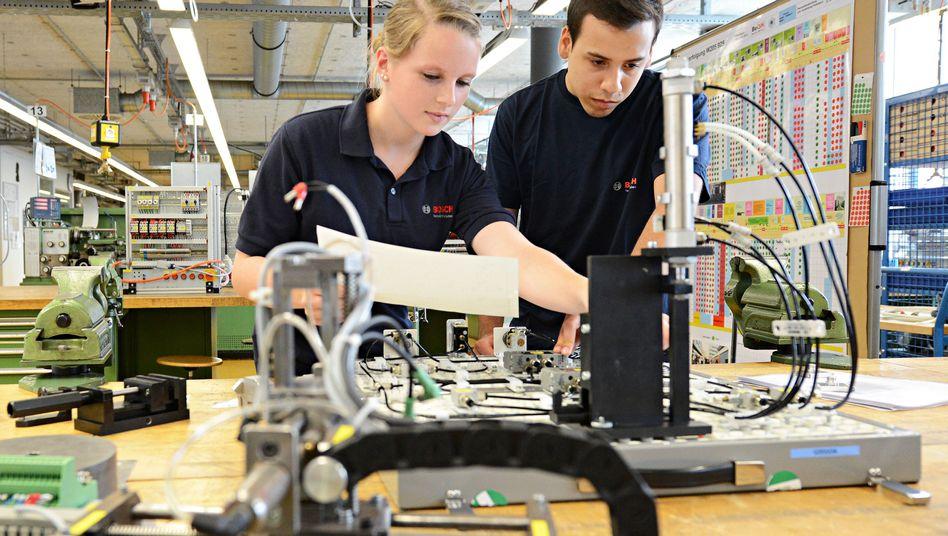 Deutsche und spanischer Azubi bei Bosch: Mehr Ausländer auf Arbeitsmarkt integrieren