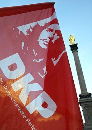 """DKP-Fahne bei einer Demonstration in München: """"Diebische Freude"""""""