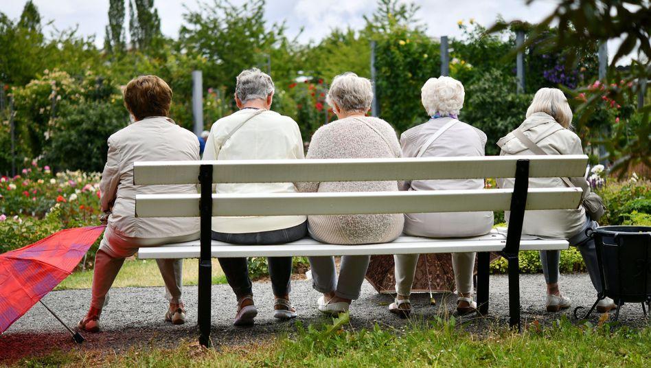 Fünf ältere Frauen machen in Sangerhausen nach einem Regenschauer eine Pause auf einer Parkbank (Archivbild)