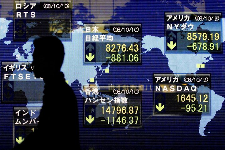 Bildschirm mit Börsenkursen in Tokio, Japan am 10.10.2008