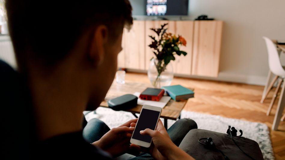 Von jedem Smartphone aus erreichbar: Deutsche Medienwächter legen sich mit Portalen wie YouPorn und Pornhub an