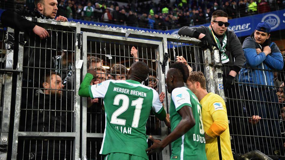 Werder-Profis Anthony Ujah und Papy Djilobodji mit Fans
