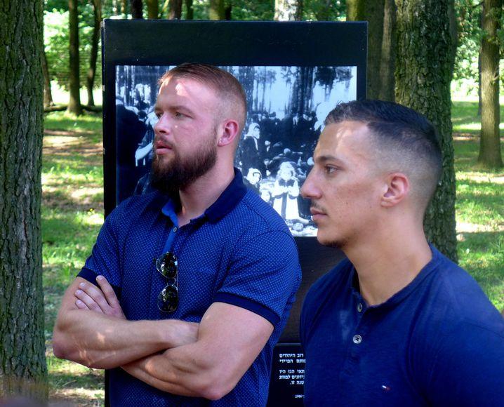Die Rapper Kollegah (l.) und Farid Bang in der KZ-Gedenkstätte Auschwitz