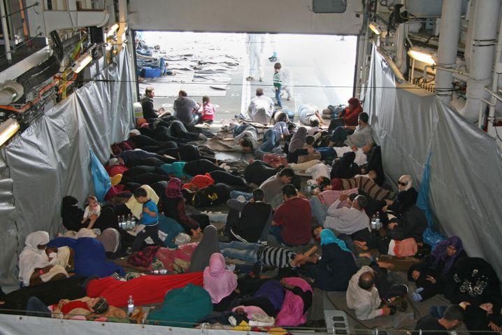 """Gerettete Flüchtlinge an Bord der """"Hessen"""": Weiterfahrt nach Sizilien"""