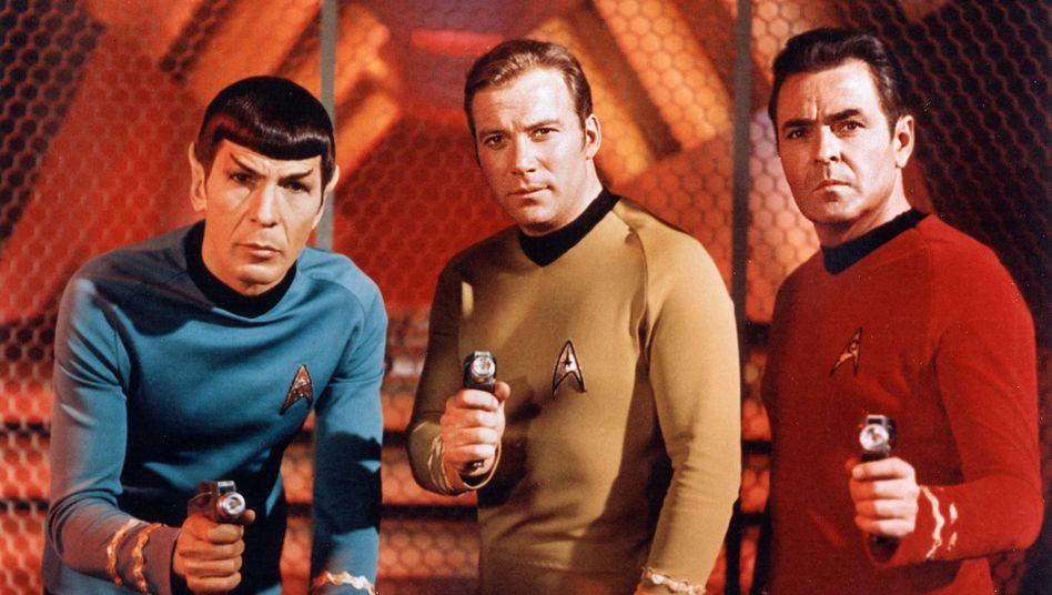 William Shatner in jüngeren Jahren als Captain Kirk (Bildmitte): Mentions-App gefällt ihm nicht