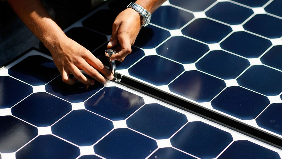 """Installation von Solarmodulen in den USA (Archivbild): """"Symbolisch und inhaltlich ein wichtiger Schritt"""""""